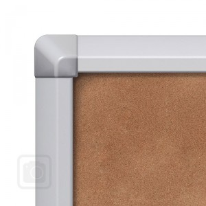 Interiérová vitrína SCSLC s posuvným sklem a korkovými zády